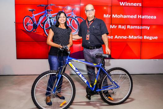 Sindy Ramsamy, gagnant du 4e prix, un vélo, et Sahoud Edoo, Chief Financial Officer d'Emtel.