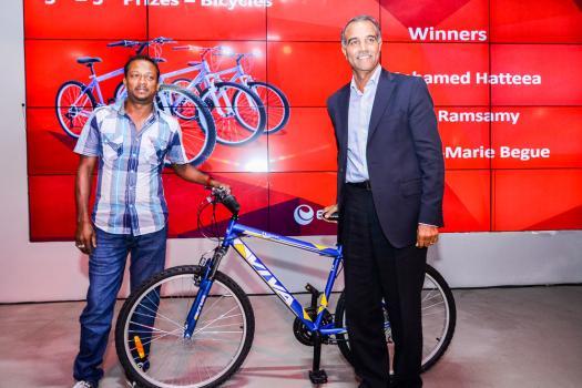 Mohamed Hatteea, gagnant du 3e prix, un vélo, et Kresh Goomany.