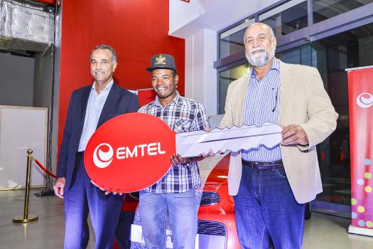 Jean Agathe recevant le Star Prize, une Kia Picanto, des mains de Teddy Bhullar et Kresh Goomany, Chief Operating Officer d'Emtel.