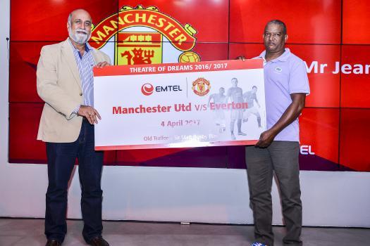 Jean Nöel Tranquille, qui a remporté deux tickets tous frais payés pour assister au match Manchester United vs Evertone à Old Trafford le 4 avril, et Teddy Bhullar, Chief Executive Officer d'Emtel.