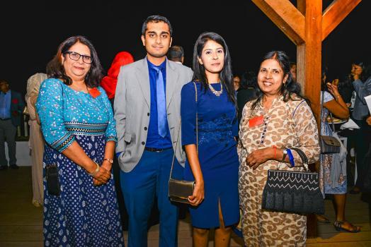 Devinah Ramdenee et son fils Yatin Roy, membre de l'ACCA, et Abha Seewoo, également membre de l'ACCA, et sa mère Veena.