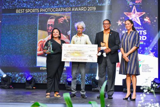 Stephanie Domingue, photographe à 5-Plus dimanche, a décroché le Best Sports Photographer Award. À ses côtés : Tristan Breville, photographe, Stephane Toussaint et Sarah Rawat-Currimjee, Chairperson du Mauritius Sports Council.