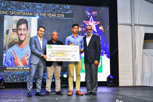 Richard Sunee, assistant entraîneur national de boxe, Khemtish Rai Nundah, Most Promising Sportsman, et Maubarak Boodhun, Permanent Secretary au ministère de l'Autonomisation de la jeunesse, des sports et des loisirs.