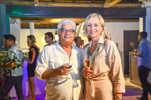 Sloane Vian, styliste, pose aux côtés de l'ex-homme politique Maurice Allet.